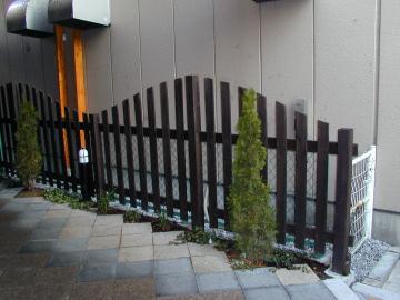 波形の木製フェンスをつけます。