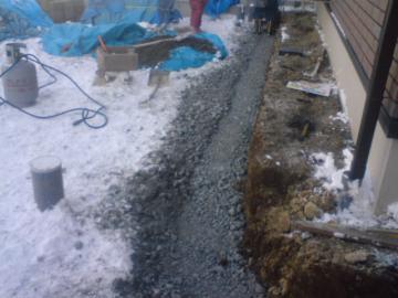 八戸雪の中でがんばってます