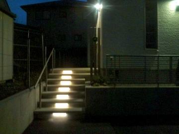 LEDバーが光る階段