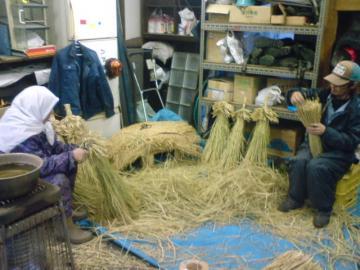 冬囲ワラボッチ編みです